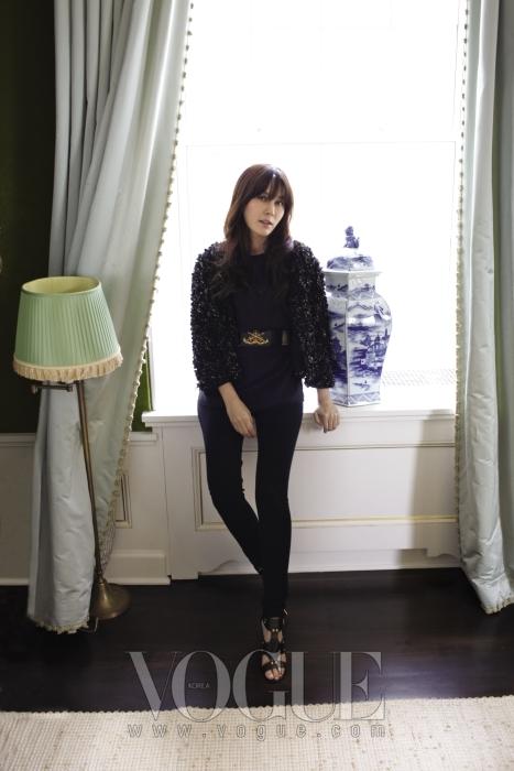 블레이크로부터 날씬한 팔과 다리가 패션 모델을 연상시킨다는 칭찬을 받은 김하늘. 날씬한 그녀의 몸매가 토리 버치의 블랙 의상과 더없이 잘 어울린다.