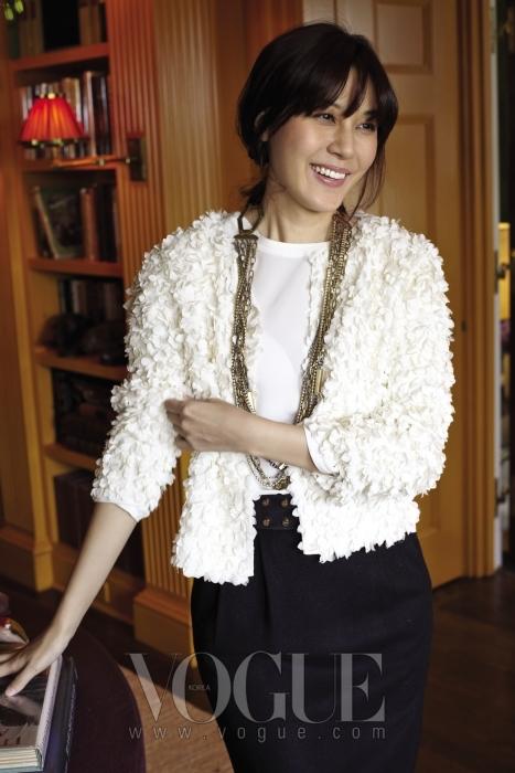 흰 꽃잎으로 뒤덮인 듯한 재킷과 골드 주얼리가 김하늘만의 순수한 아름다움을 더욱 돋보이게 한다.