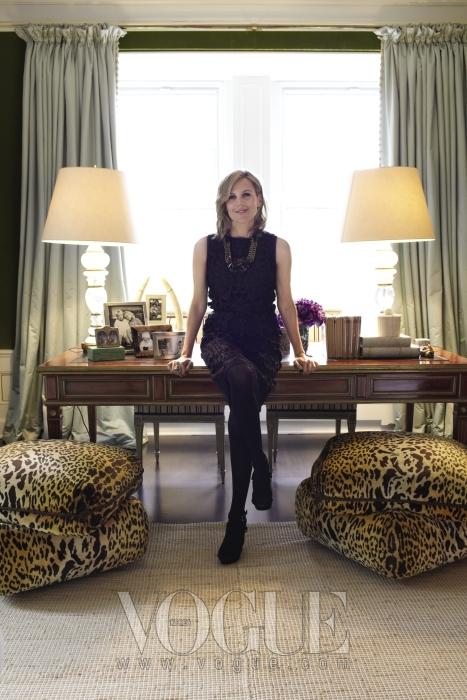 뉴욕 상류사회의 새로운 패션 크루로 칭송 받는 토리 버치. 호피무늬 쿠션과 메론 향 마카롱빛 커튼으로 꾸며진 거실 앞에서 포즈를 취했다.