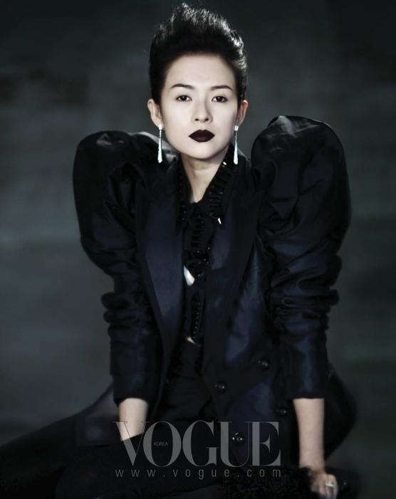 컷오프 장식의 검정 셔츠는 지방시(Givenchy), 부풀어 오른 어깨의 재킷은 돌체 앤 가바나(Dolce&Gabbana), 보디수트는 메종 마르탱 마르지엘라(Maison Martin Margiela), 모피 장식의 장갑은 샤넬(Chanel), 화이트 골드와 다이아몬드의 귀고리는 까르띠에(Cartier), 24캐럿의 다이아몬드 반지는 장 쯔이의 소장품.