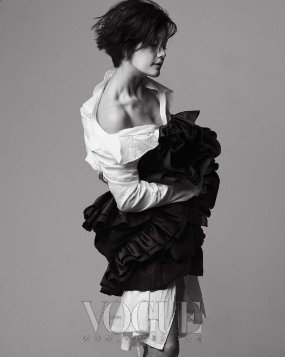 러플 디테일의 튜브톱 미니 드레스는 D&G, 화이트 셔츠는 앤 드멀미스터(Ann Demeulemeester), 독특한 꼬임 형태의 볼드한 링은 이본느 바이 베로(Yvonne by Vero at So'salt).