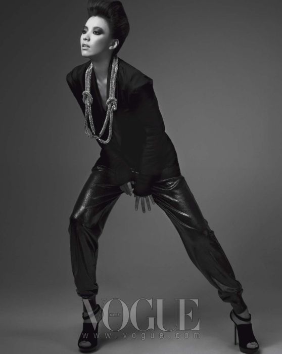 구조적인 어깨와 소매 라인이 특징인 실크 소재의 재킷과 톱, 샌들은 이브 생 로랑(Yves Saint Laurent), 니트 소재의 팬츠는 스텔라 맥카트니(Stella McCartney), 매듭 모양의 목걸이는 오브제(Obzéé).