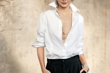 화이트 셔츠와 팬츠, 클래식한 진주 목걸이로 완벽한 레이디 샤넬이 된 오드리 토투. 의상과 주얼리는 모두 샤넬(Chanel).