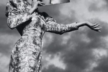 고원원의 골드 파워 숄더 원피스는 오브제(Obzéé), 시계 모티브의 볼드한 목걸이는 D&G