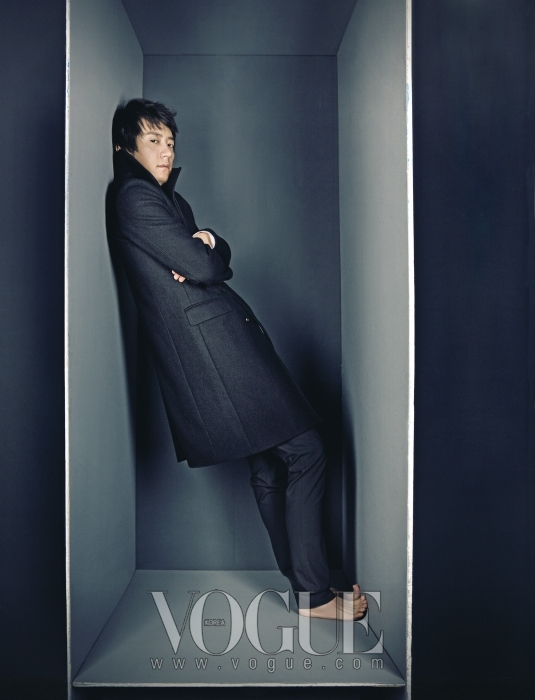 블랙 하이넥 코트는 디올 옴므(Dior Homme). 블랙 팬츠는 탱고 드 샤(Tango de chat)의 줄리아노 후지와라(Giuliano Fujiwara).