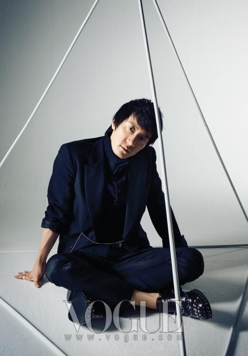 블랙 재킷과 블랙 하이넥 베스트는 모두 앤 드멀미스터(Ann Demeulemeester). 블랙 팬츠는 디올 옴므(Dior Homme), 브라운 스터드 슈즈는 프라다(Prada).