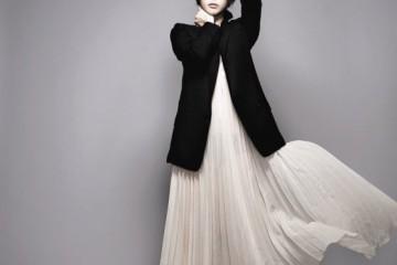 플리츠 드레스는 인더우즈(IntheWoods), 테일러드 재킷은 01(at10 CorsoComo).