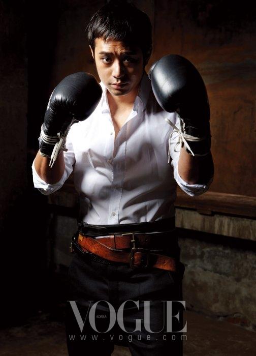 화이트 셔츠는 돌체 앤 가바나(Dolce&Gabbana), 스커트 디테일의 울 팬츠는 마크 제이콥스(Marc Jacobs at 10 Corso Como), 블랙 레더 부츠는 레드윙(Redwing).