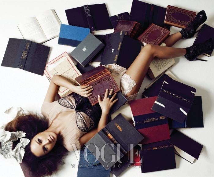 레이스 장식의 뷔스티에 톱과 쇼츠, 삭스와 메시 소재의 힐은 모두 디올(Dior).