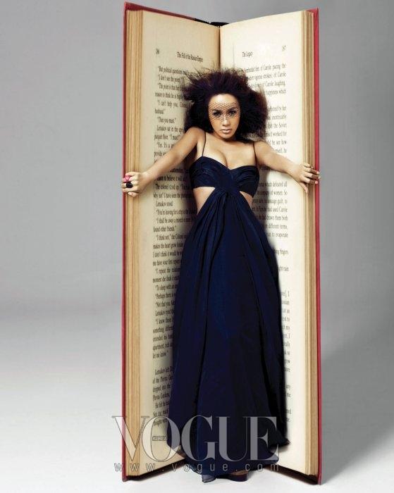 네이비 컬러의 롱 드레스는 다이앤 본 퍼스텐버그(DVF).
