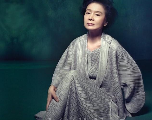 구조적인 실루엣의 미니 드레스와 재킷은 모두 이세이 미야케(Issey Miyake).