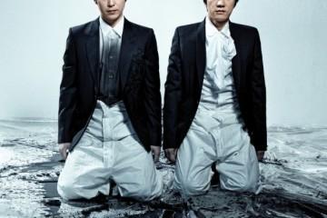 엄기준이 입은 재킷은 제이신자켓, 셔츠는 메종 마르탱 마르지엘라, 김명민이 입은 블랙 재킷은 메종 마르탱 마르지엘라, 셔츠는 카루소. 두 사람의 하의는 앱솔루트 보드카 스페셜 커스튬.