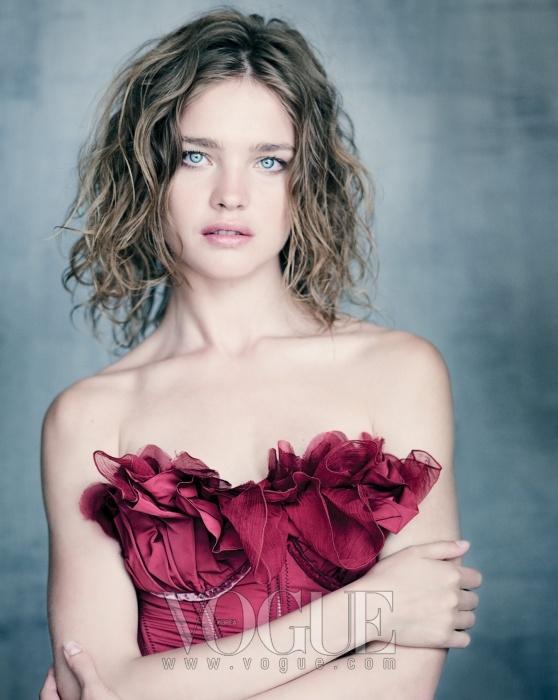 """""""미국 와 촬영할 때도 이 옷을 입었어요. 정말 마음에 쏙 들었던 옷이에요."""" 나탈리아가 말했다. 꽃잎처럼 장식된 진홍색 새틴 뷔스티에는 니나 리찌(Nina Ricci)."""