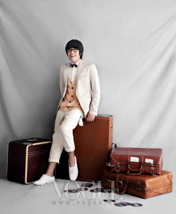 재킷은 본(Bon), 니트 카디건과 허리끈에 태슬 장식이 있는 아이보리색 배기 팬츠는 엠비오(Mvio), 셔츠와 보타이는 시스템 옴므(System Homme), 화이트 스니커즈는 케즈(Keds).