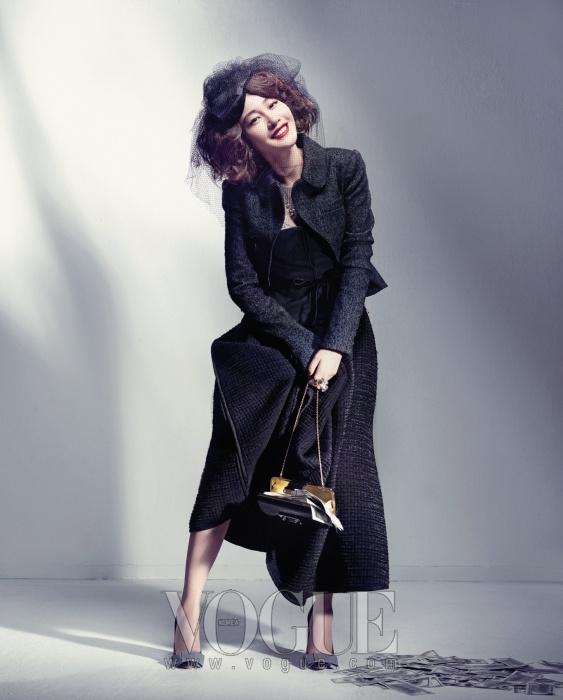 울 소재의 볼레로 재킷과 코르셋, 풀스커트, 리본 펌프스와 클러치백은 모두 루이 비통(Louis Vuitton), 목걸이는 오르시아(Orsia).