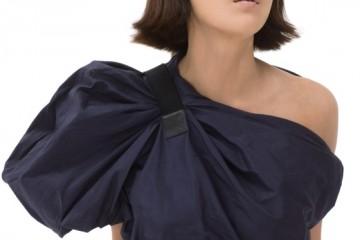 볼륨감 있는 원 숄더 드레스는 보테가 베네타(Bottega Veneta).