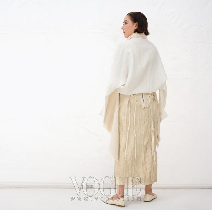 워싱 처리된 레이스업 슬리브리스 드레스는 진태옥(Jintéok), 아방가르드한 디자인의 오가닉 소재 재킷은 데무 박춘무(Demoo Parkchoonmoo).