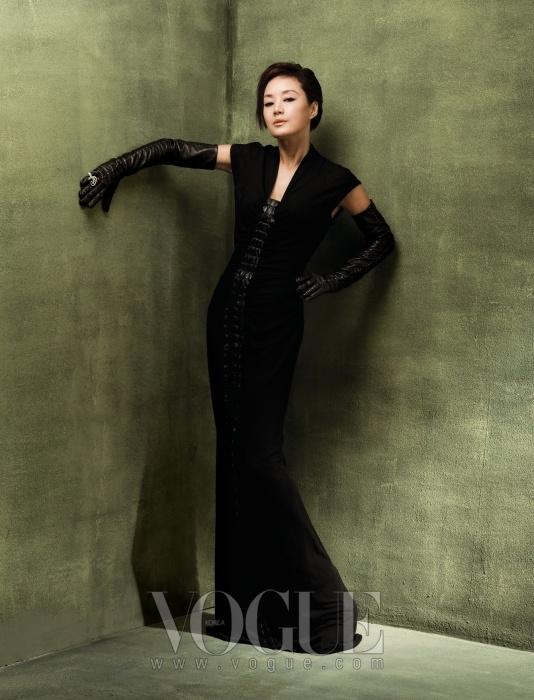 크로커다일 레더가 덧대진 저지 소재 롱 드레스와 롱 글러브는 모두 에르메스(Hermès), 전설 속의 극락조를 생동감 있게 표현해 화려한 역동성이 돋보이는 오와조 드 파라디 링은 반 클리프 아펠(Van Cleef&Arpels) 제품.