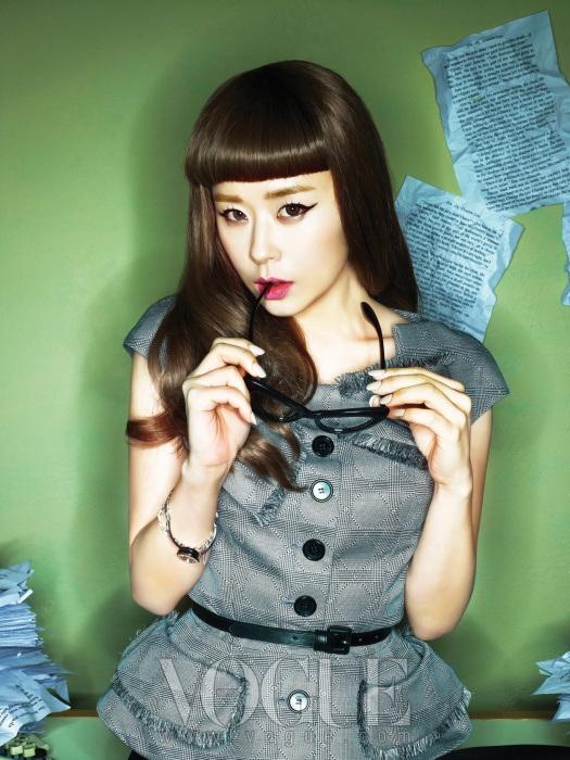 가슴 부분에 리본 장식이 돋보이는 톱과 블랙 벨트는 디올(Dior), 블랙 뿔테 안경은 제이미 앤 벨(Jamie & Bell), 메탈 시계와 체인 팔찌는 제이 에스티나(J Estina).