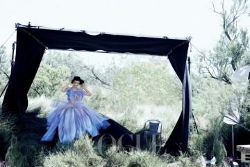 NATURE WONDER최근 캐리 멀리건의 연기는 무대와 스크린을오가며 빛을 발하고 있다. 존 갈리아노가만든 디올 꾸뛰르 컬렉션은 풍성한 꽃잎 같은실루엣으로 활짝 핀 한 송이 꽃을 연상케 한다.그녀가 입은 핸드 페인팅된 새틴 오간자튤 드레스는 디올 오뜨 꾸뛰르(Dior HauteCouture), 모자는 빈티지.