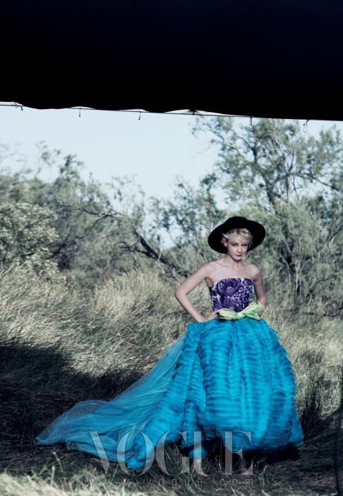"GRASS ROOTS멀리건은 연기에 대해""누군가의눈을 바라보며 무언가를 자극시킬 수 있어야해요""라고 말한다. 프린트된 오간자 톱과티어드 코튼 드레스, 라피아 벨트는디올 오뜨 꾸뛰르(Dior Haute Couture)."