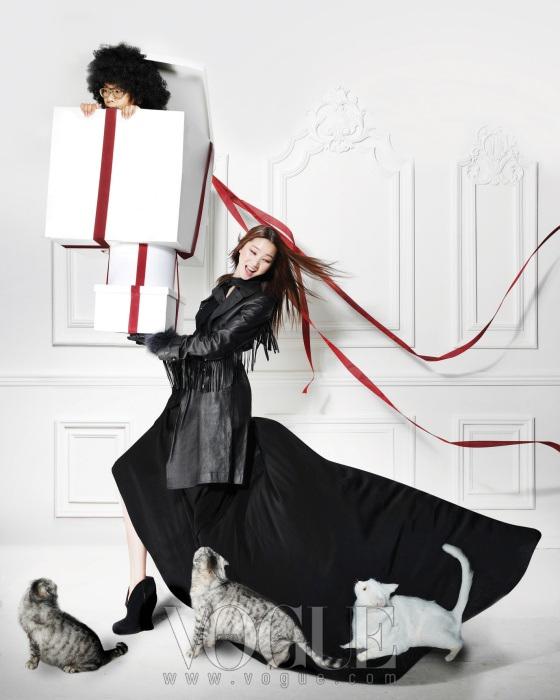 풍성한 실루엣의 블랙 롱 드레스와 스웨이드 소재의 웨지힐은 보테가 베네타(Bottega Veneta), 태슬 장식의 가죽 트렌치코트는 블루마린(Blumarine), 가죽 장갑은 탱커스(Tankus).