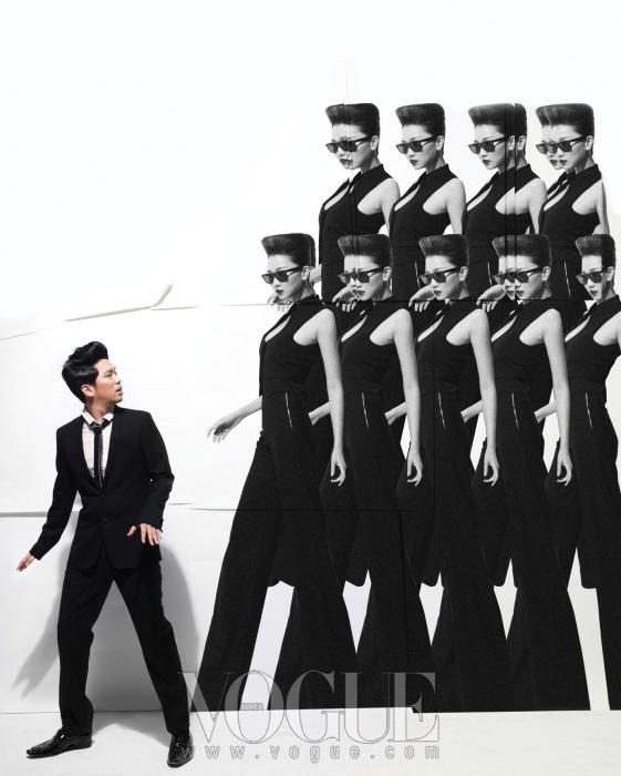 이적이 입은 화이트 셔츠와 가느다란 타이, 블랙 수트와 에나멜 슈즈는 모두 디올 옴므(Dior Homme), 장윤주의 하이웨이스트 와이드 팬츠, 쇼트 베스트는 이브 생 로랑(Yves Saint Laurent).