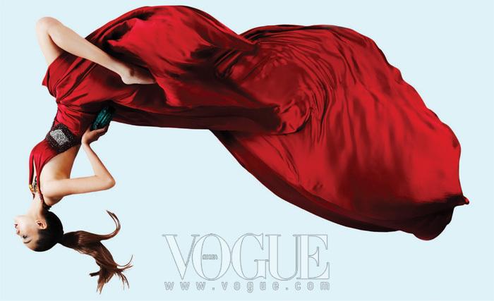 홀터넥 레드 롱 드레스는 김연주(Kim Yeon Ju), 곤충 모티브가 달린 네크리스와 클러치는 보테가 베네타(Bottega Veneta).