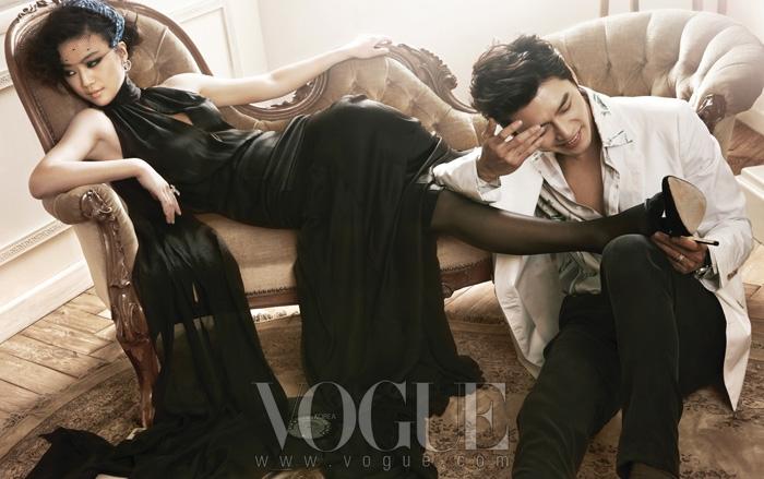 현빈이 입은 화이트 컬러의 투 버튼 재킷과 프린트 실크 셔츠는 에르메스(Hermès), 블랙 컬러의 실크 팬츠는 돌체 앤 가바나(Dolce&Gabbana), 화이트 골드 반지는 반 클리프 아펠(Van Cleef&Arpels), 탕 웨이가 입은 홀터넥 새틴 롱 드레스는 아이그너(Aigner), 블랙 컬러의 새틴 스트랩 슈즈는 디올(Dior).