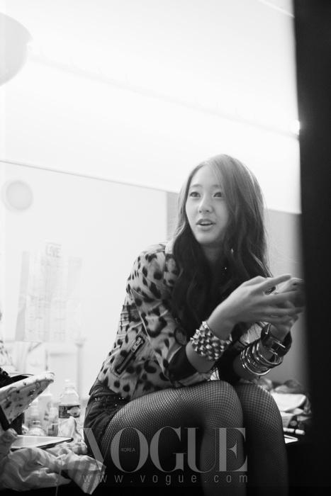 SM 공식 페이스 북을 통해 백스테이지와 공연 사진을 실시간 업데이트 하는 크리스탈.