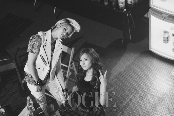 f(x)의 멤버 엠버와 소녀시대의 멤버 유리가 백스테이지에 마련된 스넥바에서 다정하게 포즈를 취하고 있다.