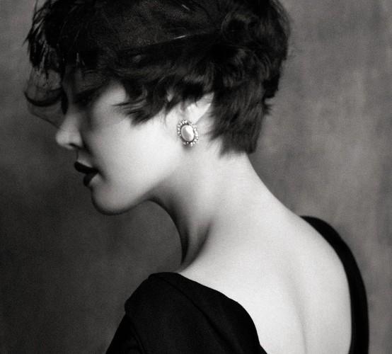 블랙 롱 드레스는 디올(Dior), 깃털 모자와 진주 귀고리는 제이미 앤 벨(Jamie&Bell).