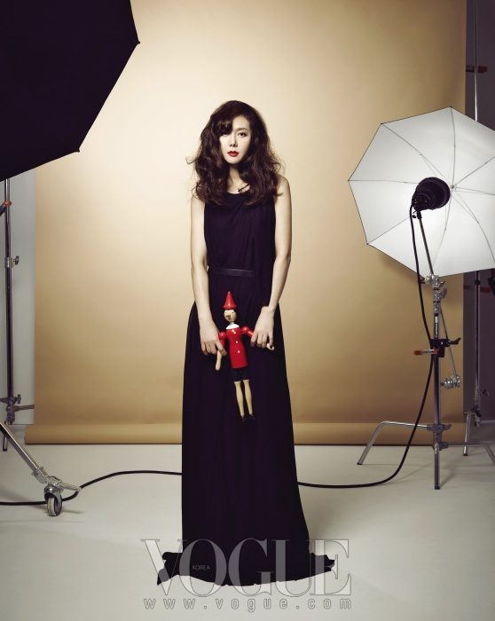 블랙 롱 드레스는 보테가 베네타(Bottega Veneta).