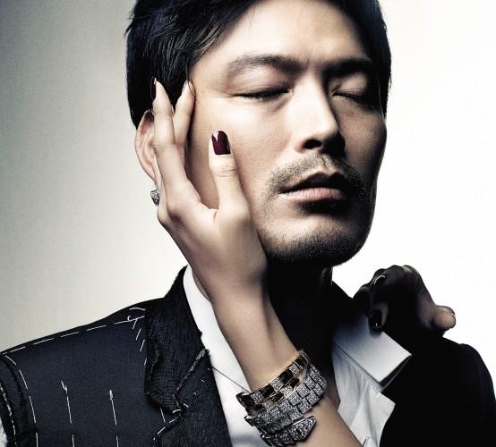 비대칭 소매의 블랙 재킷과 화이트 셔츠는 디올(Dior), 다이아몬드가 세팅된 화이트 골드와 로즈 골드 브레이슬릿, 반지는 모두 불가리(Bulgari).
