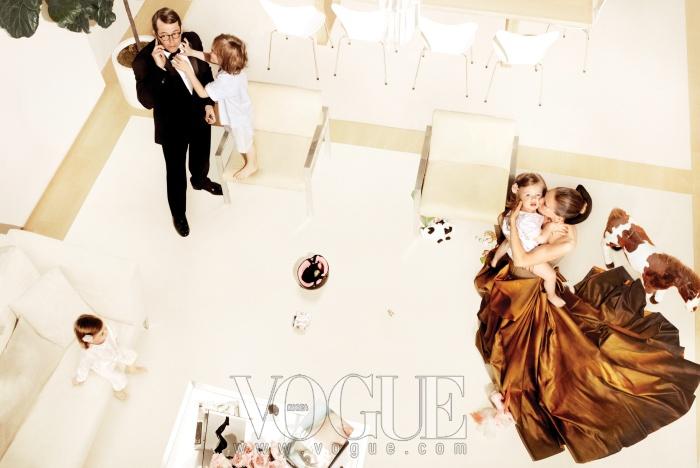 브론즈빛 드레스는 보테가 베네타(Bottega Veneta), 헤어 피스는 수잔 꾸뛰르 밀리너리(Suzanne Couture Millinery). 남편 매튜가 입은 턱시도 수트는 랄프 로렌 블랙 라벨(Ralph Lauren Black Label), 아들 제임스 윌키의 파자마는 레옹(Leon), 쌍둥이들의 파자마는 플루리스(Fleurisse).
