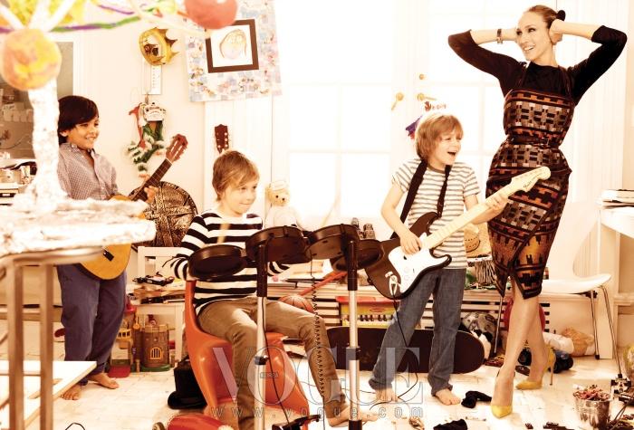 제임스 윌키(맨 오른쪽 아이)가 학교 친구들과 밴드 연습을 하고 있다. 사라의 나바호 프린트 드레스와 티셔츠는 프로엔자 스쿨러(Proenza Schouler), 벨트는 마이클 코어스(Michael Kors), 시계는 반 클리프 아펠(Van Cleef & Arpels), 스웨이드 펌프스는 마놀로블라닉(Manolo Blahnik).