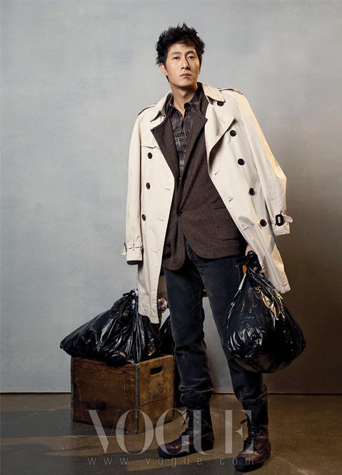 그레이톤의 체크 셔츠는 돌체 앤 가바나(Dolce&Gabbana), 니트 블레이저와 코듀로이 팬츠는 루이 비통(Louis Vuitton), 클래식한 트렌치코트는 버버리 프로섬(Burberry Prorsum), 레이스업 워커는 토즈(Tod's).