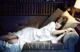 파리의 깡봉가 31번지에 자리한 코코 샤넬의 아파트에서 포즈를 취한 송혜교. 샤넬(Chanel)의 부드러운 실크 소재 블라우스 드레스를 입은 그녀가 누워 있는 소파는 아파트의 중앙 응접실에 자리하고 있다.