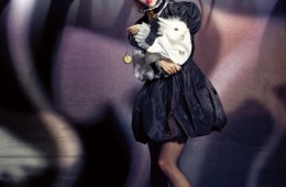 선예가 입은 여성스러운 러플 장식 블라우스는 샤넬(Chanel), 퍼프 소매의 벌룬 드레스와 리본 디테일의 스트랩 슈즈는 미우미우(Miu Miu).