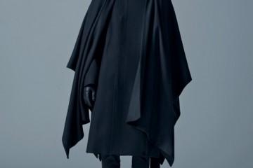 케이프는 디올 옴므(Dior Homme), 팬츠는 준야 와타나베(Junya Watanabe at 10 Corso Como), 워커 부츠는 발맹(Balmain at 10 Corso Como).