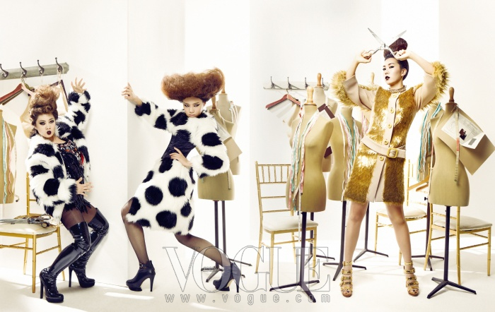 fashion NO .5 (오른쪽)허안나의 페이크 모피 코트는 프라다, 슈즈는 에피타프, 볼드한 목걸이는 마리아 프란세스카 페페(at Daily Project). (왼쪽)박나래의 도트 패턴 페이크 모피 코트는 푸시 버튼, 스팽글 미니 드레스는 박윤수, 에나멜 싸이하이 부츠는 구찌. 장도연의 코르셋이 장식된 롱 코트는 푸시 버튼, 가죽 쇼츠는 쟈니 헤잇 재즈, 앵클 부티는 지니 킴.