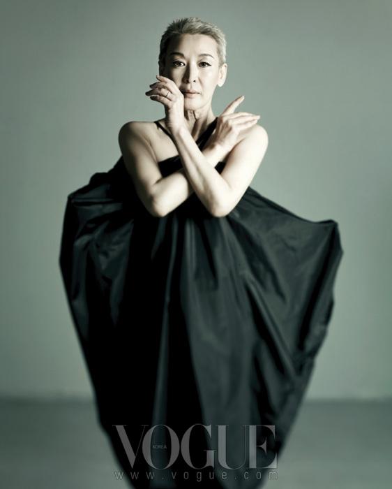 블랙 드레스는 문영희, 네일은 데보라 립만(Deborah Lippmann).