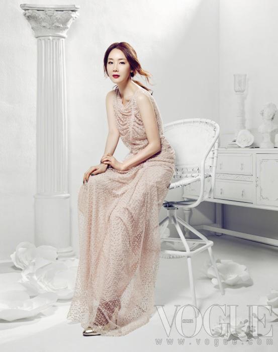 니나 리치 프리폴 컬렉션의 섬세한 핑크빛 레이스 드레스를 입은 최지우.