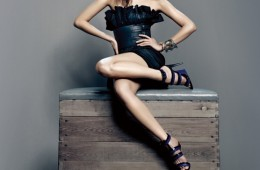 플리츠 장식의 블랙 드레스와 와이드 벨트, 스트랩 샌들은 모두 보테가 베네타(Bottega Veneta), 금색 와이드 뱅글은 블랙 뮤즈(Black Muse), 가는 금속 뱅글은 타임(Time).