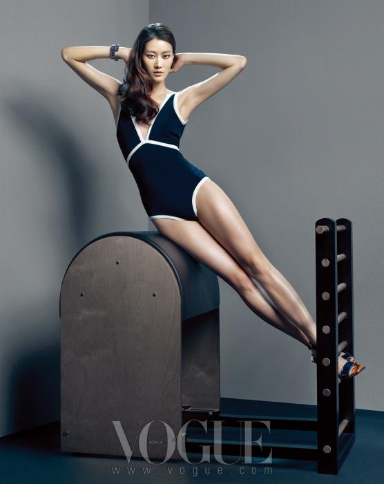 화이트 파이핑 장식의 수영복은 샤넬(Chanel), 스트랩 샌들은 라코스테(Lacoste), 뱅글은 스와로브스키(Swarovski).