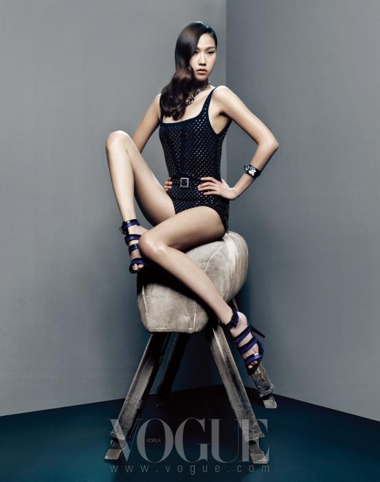 비즈 장식의 블랙 수영복은 샤넬(Chanel), 스트랩 샌들은 보테가 베네타(Bottega Veneta), 목걸이와 뱅글은 스와로브스키(Swarovski).