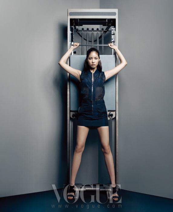 펀칭 소재의 베스트 재킷과 미니스커트는 알렉산더 왕(Alexander Wang by Boon The Shop), 네이비 브라톱은 엠포리오 아르마니 언더웨어(Emporio Armani Underwear), 스트랩 샌들은 라코스테(Lacoste).