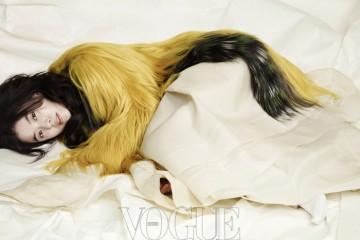 노란색 모피 코트는 펜디(Fendi),소매가 긴 모시 저고리와 속속곳은 담연 이혜순 한복.