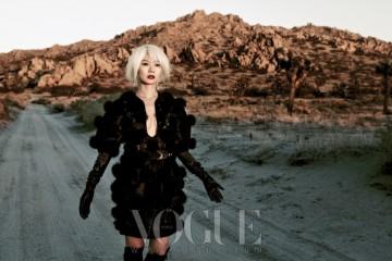모피와 펀칭 디테일 장식의 블랙 드레스는 알렉산더 맥퀸(Alexander McQueen), 블랙 가죽 부츠는 커스텀내셔널(Costume National), 가죽 벨트는 스택(Staerk), 뱀피 장갑은 가스파 글로브스(Gaspar Gloves for The Row).