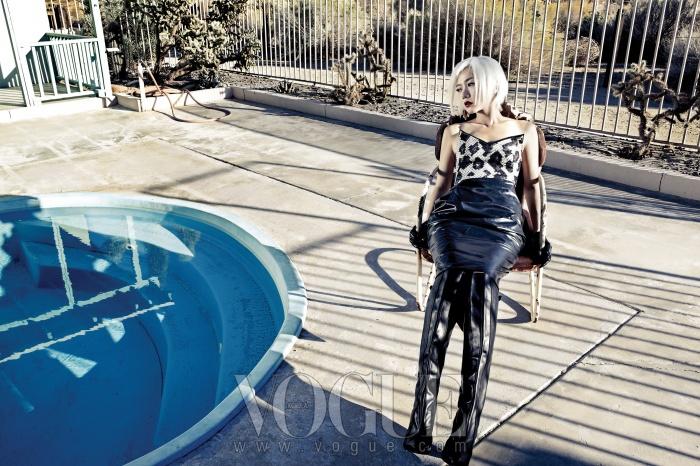 톱으로 사용한 뷔스티에 드레스와 쇼트 장갑은 발렌시아가(Balenciaga), 블랙 가죽 스커트는 질 샌더(Jil Sander), 가죽 롱 부츠는 알렉산더 왕(Alexander Wang).